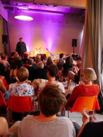 Aufmerksames und sehr interessiertes Publikum im »Aquarium« in Berlin-Kreuzberg.