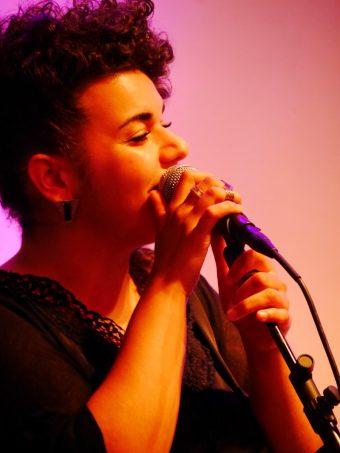 Musikalisch eingerahmt wurde die Lesung von der Sängerin Gülin mit zwei Band-Mitgliedern.
